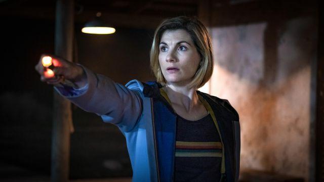 Arc-en-ciel t-Shirt à rayures de chez Le Médecin (Jodie Whittaker) dans Doctor Who (S12E01)