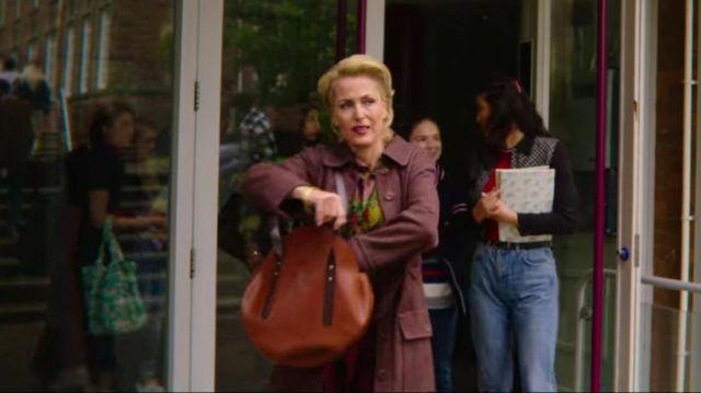 The handbag round leather brown John Milburn (Gillian Anderson) in Sex Education (S02E02)