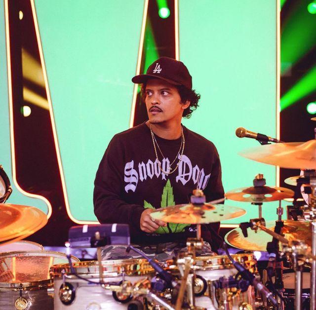 Snopp Dogg black hoodie worn by Bruno Mars on his Instagram account @brunomars