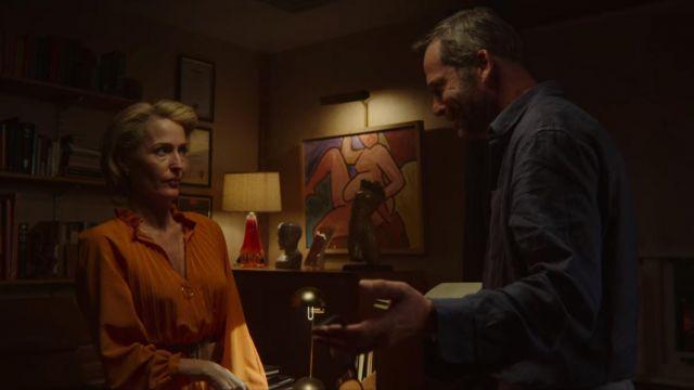 The collar of John Milburn (Gillian Anderson) in Sex Education (S02E04)