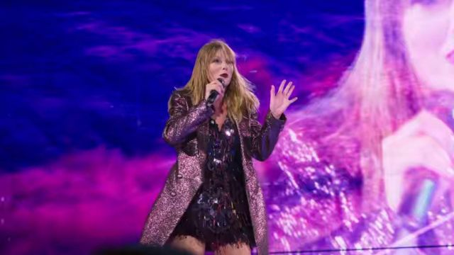 Le trench à paillettes de Taylor Swift dans Miss Americana