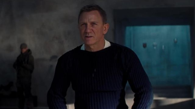 The wool sweater navy blue James Bond 007 (Daniel Craig) in the film NO TIME TO DIE