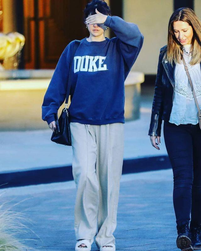 UGG Fuzz Ouais Genuine Shearling Diapo porté par Selena Gomez Studio City, le 1er février 2020