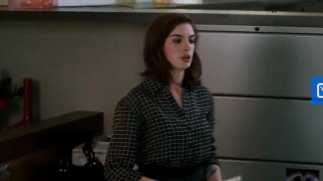 Blouse noir a carreau blanc de Liz (Anne Hathaway) dans Valentine's Day