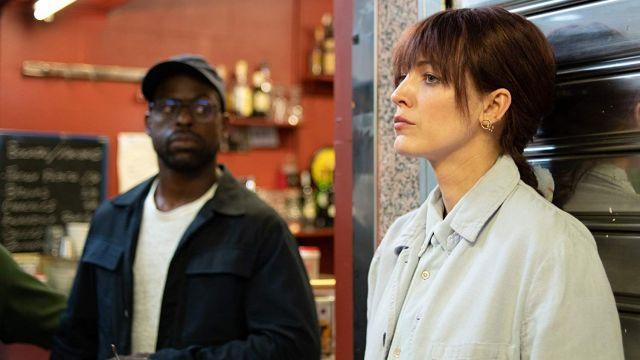 Denim bleu clair shirt porté par Stephanie Patrick (Blake Lively) comme vu dans La Section Rythmique