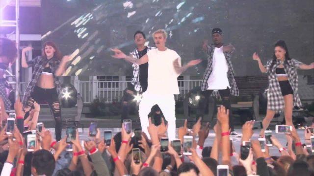 Le pantalon blanc de Justin Bieber dans la vidéo YouTube de sa performance Sorry (Live From The Ellen Show)