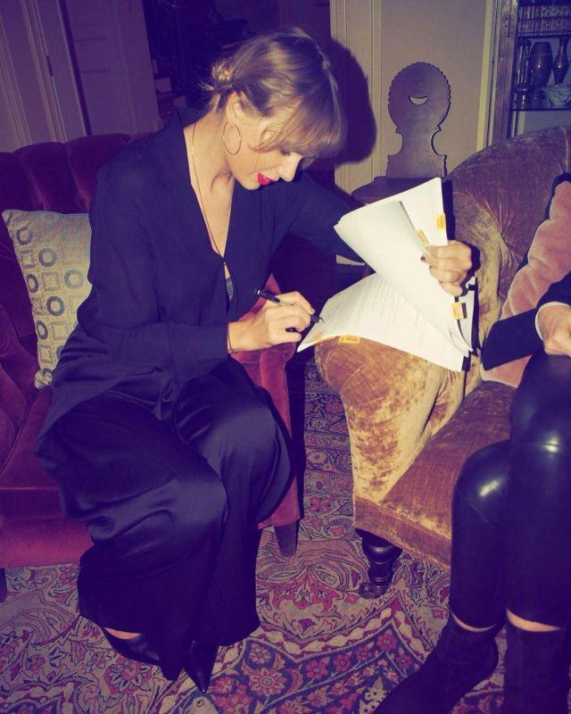 Le satin noir pantalon de Taylor Swift sur l'Instagram account @taylorswift