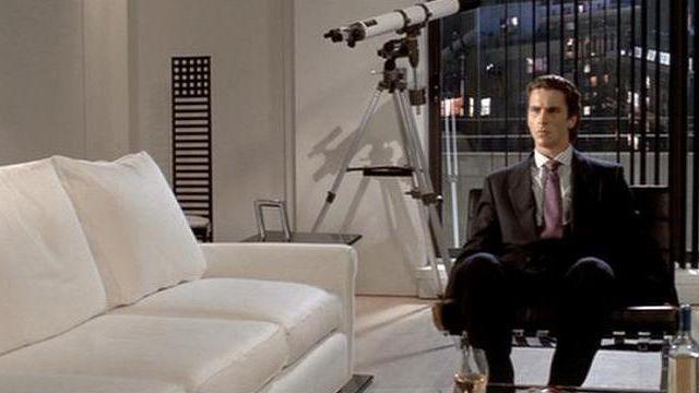 La chaise haute dans le salon de Patrick Bateman (Christian Bale) dans American Psycho