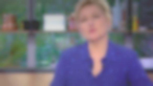La chemise bleue de Anne-Élisabeth Lemoine dans C à vous