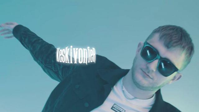 Le t-shirt blanc Adidas de Vald dans son clip KESKIVONFER
