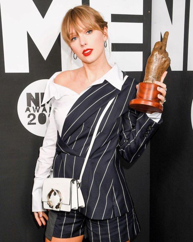 La veste Blazer asymétrique et rayé en laine et coton de Taylor Swift sur le compte Instagram de @taylorswift