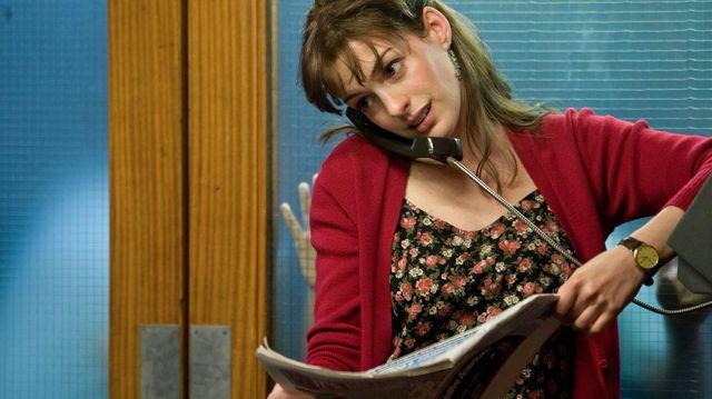 Cardigan rouge de Emma (Anne Hathaway) dans Un jour
