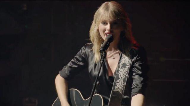 La blouse en satin noire de Taylor Swift dans son clip The Man (Live From Paris / 2019)