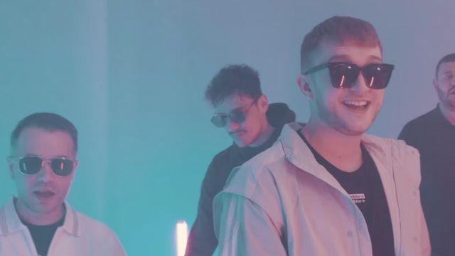 Les lunettes de soleil de Vald dans son clip KESKIVONFER