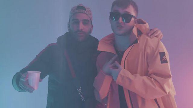 La veste de pluie jaune Adidas portée par Vald dans son clip KESKIVONFER