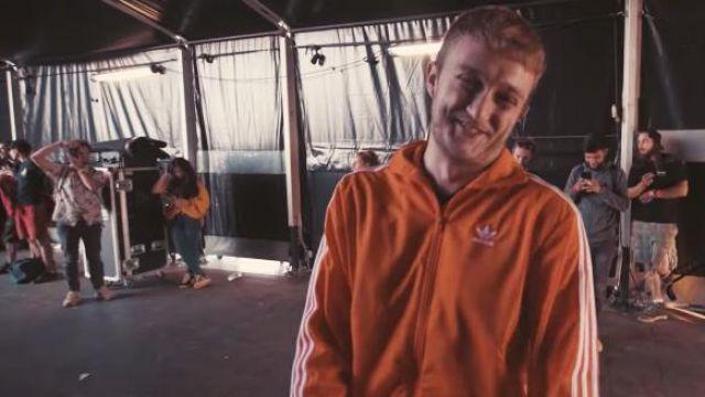 La veste de survêtement orange portée par Vald dans son clip KESKIVONFER