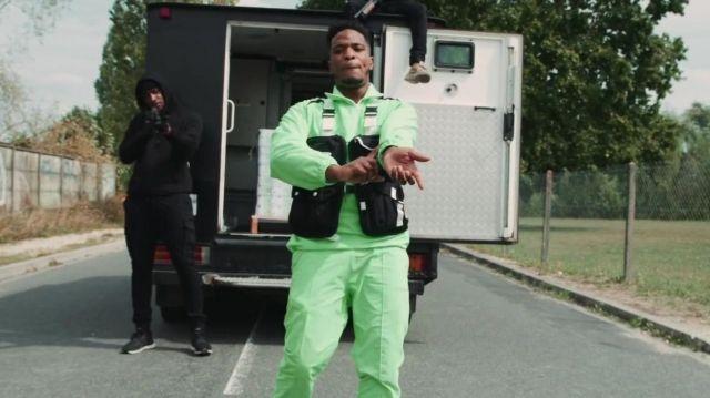 L'ensemble de survêtement vert porté par Niska dans son clip La zone est minée
