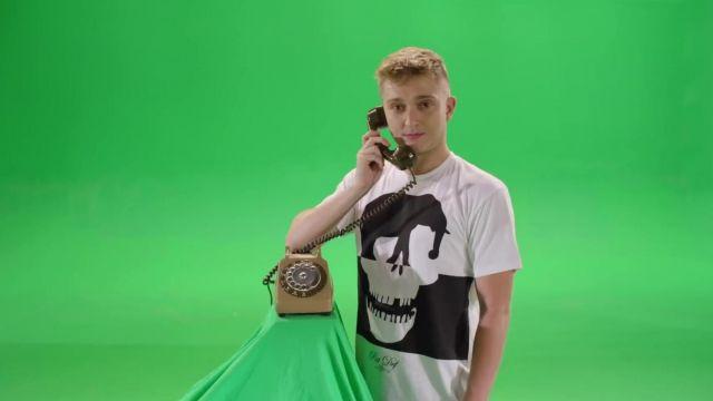 Le t-shirt La Pat Def porté par Vald dans son clip Eurotrap
