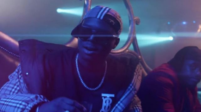 Casquette burberry dans Maes - Distant (Clip Officiel) ft. Ninho