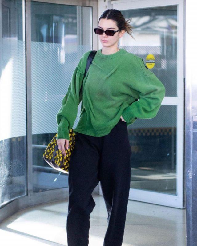 Pull En Cachemire porté par Kendall Jenner l'Aéroport JFK 24 février 2020