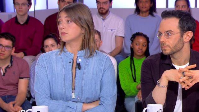 La chemise en jean souple à col rond de Camille Dauxert dans Clique le 25.02.2020