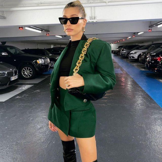 Bottega veneta Black Chain Pouch Bag of Hailey Baldwin on the Instagram account @haileybieber February 26, 2020
