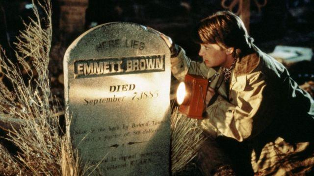 Pierre tombale de Dr. Emmett Brown (Christopher Lloyd) dans Retour vers le futur III