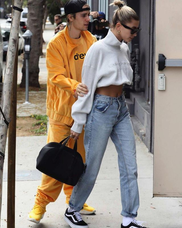 Brandy melville Blue Den­im Jeans of Hailey Baldwin on the Instagram account @haileybieber March 2, 2020