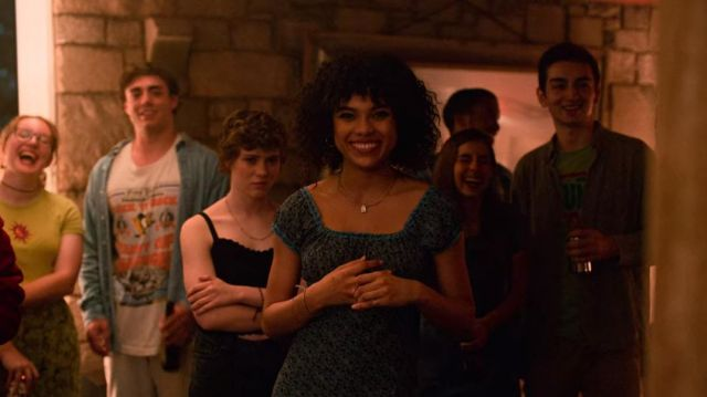 The black crop top, sleeveless of Sydney (Sophia Lillis) in I Am Not Okay with This (S01E03)