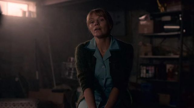 The green cardigan of Maggie Novak (Kathleen Rose Perkins) in I Am Not Okay with This (S01E06)