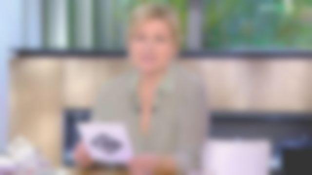 Le chemisier rayé kaki manches longues de Anne-Élisabeth Lemoine dans C à vous le 05.03.2020