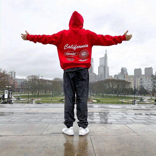 Le sweatshirt rouge à capuche Cherry porté par Justin Bieber sur son compte Instagram @justinbieber
