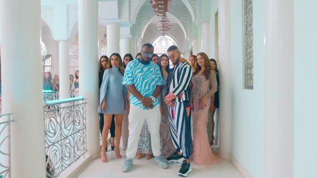 Le t-shirt bleu zébré de Gims dans son clip Hola Señorita (Maria) avec Maluma