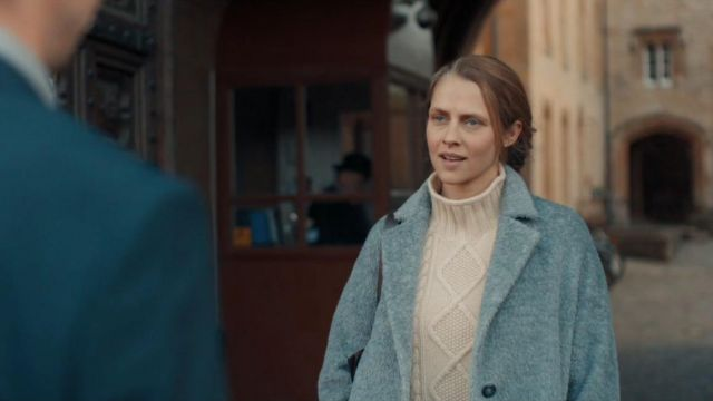 Gray Coat of Diana Bishop (Teresa Palmer) in A Discovery of Witches (S01E03)