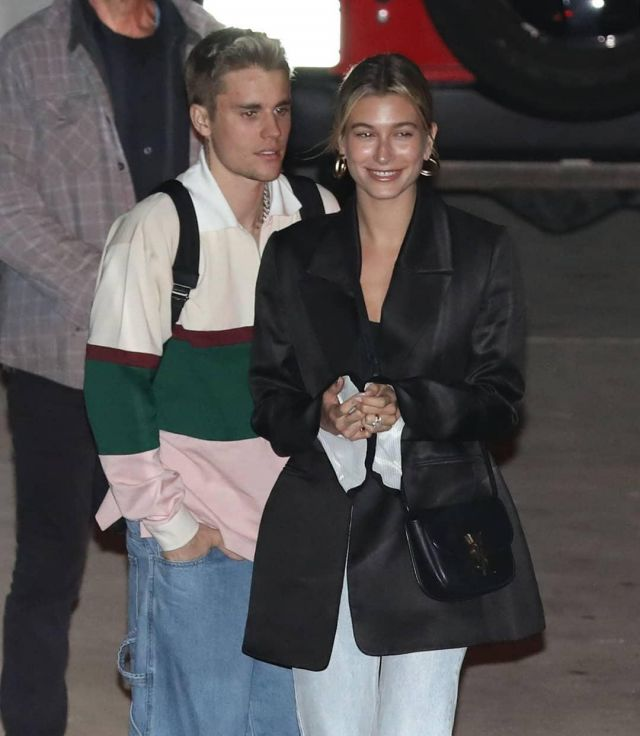 Marina moscone Black Over­sized Boyfriend Blaz­er of Hailey Baldwin on the Instagram account @haileybieber March 13, 2020