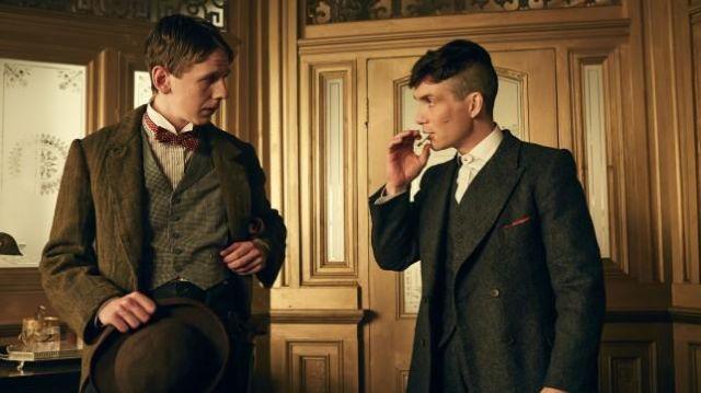 L'ensemble de costume en tweed gris foncé porté par Thomas Shelby (Cillian Murphy) dans la série Peaky Blinders (S02E03)