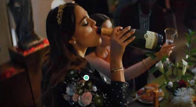 Blazer brodé  porté par Lu (Danna Paola) dans la série Élite (S1E1)