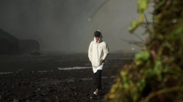 Le sweatshirt blanc avec un petit cœur noir Black Heart Gang de Justin bieber dans son clip I'll Show You