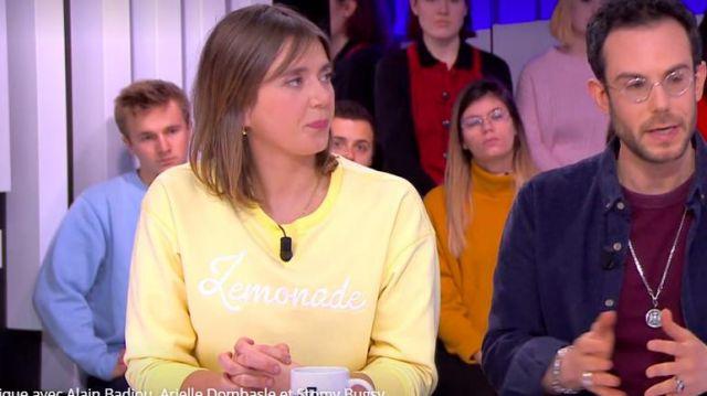 Le sweatshirt col rond brodé Lemonade en coton jaune de Camille Dauxert dans l'émission Clique