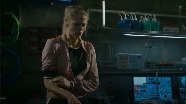 Jack­et Pink worn by Isobel Evans (Lily Cowles) in Roswell, New Mexico Season 2 Episode 2
