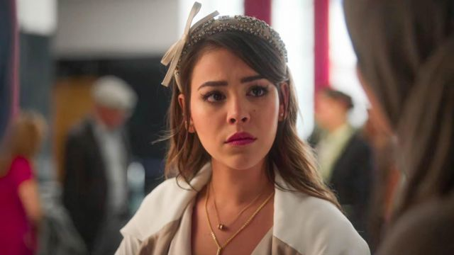 The headband satin Read (Danna Paola) in Elite (S03E08)