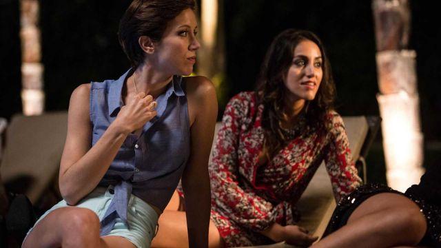 La blouse sans manches bleu clair à nouer de Marina Loiseau (Sara Giraudeau) dans Le Bureau des légendes (S02)