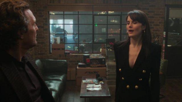 Balmain double-breasted Blazer porté par Rosalind Pearson (Michelle Dockery) chez Les Messieurs