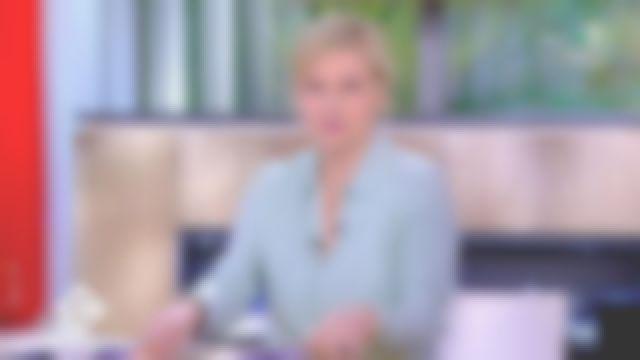 La chemise col classique en soie Aqua de Anne-Élisabeth Lemoine dans C à vous le 30.03.2020