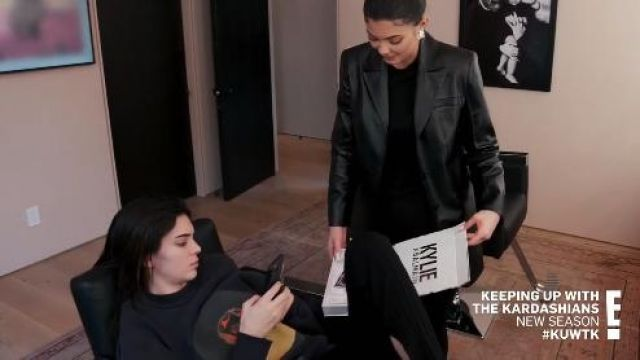 Marine Sweat-shirt porté par Kendall Jenner en accord avec les Kardashians Saison 18 Épisode 1