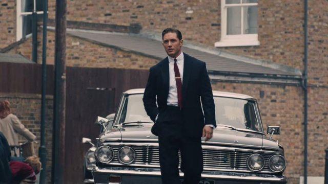 Le costume et la cravate portés par Reginald Kray / Reggie Kray (Tom Hardy) dans le film Legend