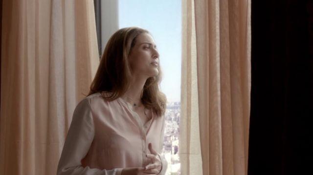 La chemise rose pale en satin portée par Nadia El Mansour (Zineb Triki) dans la série Le Bureau des légendes (S01E01)
