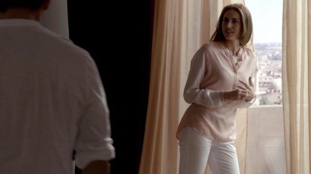 Le jean slim blanc porté par Nadia El Mansour (Zineb Triki) dans la série Le Bureau des légendes (S01E01)