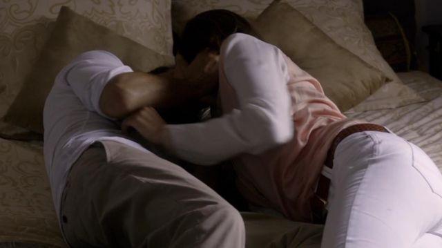 Le pantalon beige porté par Malotru (Mathieu Kassovitz) dans la série Le Bureau des légendes (S01E01)