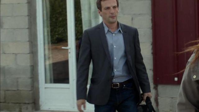 La veste de blazer gris anthracite portée par Malotru (Mathieu Kassovitz) dans la série Le Bureau des légendes (S01E01)